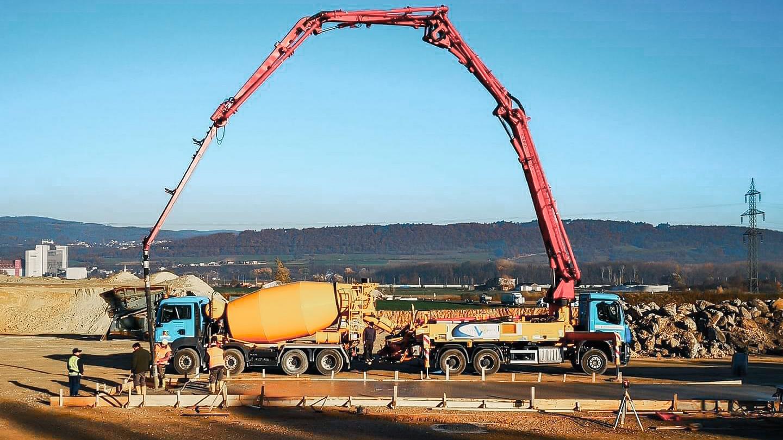 aTransportbeton wird mittels Mischwagen und Betonpumpe geliefert